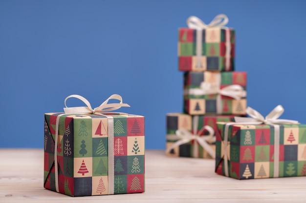 愛する人へのサプライズとお土産のコンセプトブルーとクリスマスプレゼントの構成