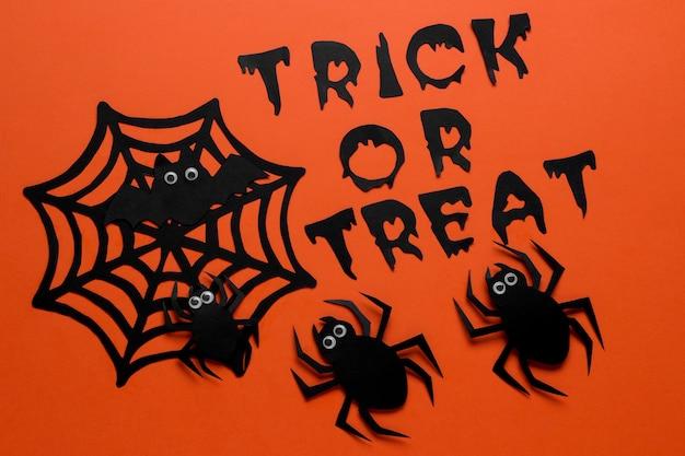 할로윈 휴가의 개념입니다. 거미와 오렌지 배경에 비문이 있는 웹. 평면도