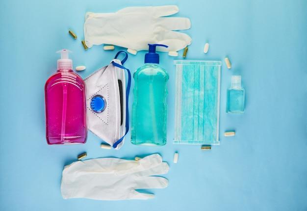 코로나 바이러스 covid-19의 발병 개념, 감염으로부터 자신을 보호하는 방법. 손을 씻고 얼굴 가리개, 알약, 손 소독제, 젤, 보호 장갑을 착용하십시오. 공간 복사
