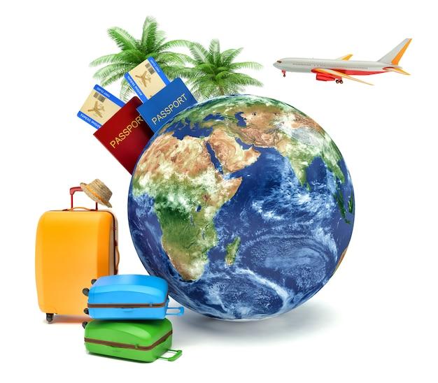 Концепция отдыха и путешествий. земной шар с билетами на посадочный талон, багажом и самолетом