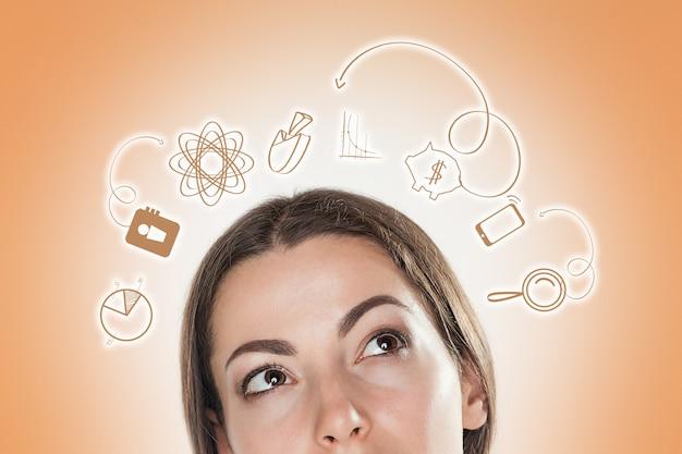 많은 아이디어에 대해 생각하는 비즈니스 우먼의 개념적 이미지.