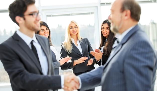 取引の結論。2人のビジネスマンの握手。