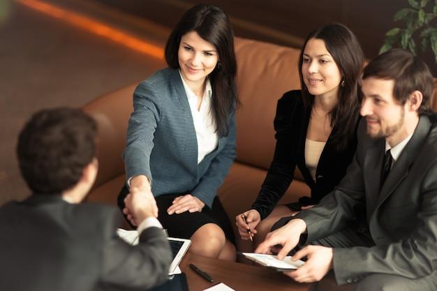 起業家の会議。会社にとって非常に重要な取引を締結します。