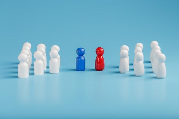 Конфликт между двумя компаниями и бизнесом, соперничество лидеров в синих и красных тонах приводит к тому, что группа белых сотрудников начинает конкурировать, подбор персонала.