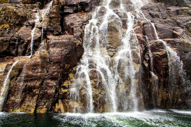海への滝、スプレー、泡の合流点