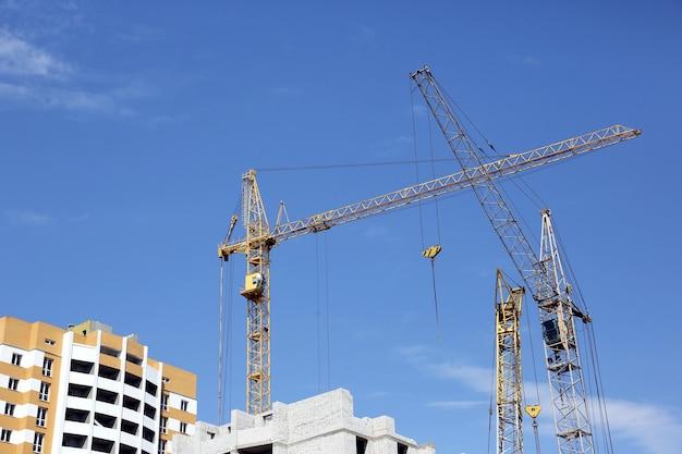 Строительство многоэтажного дома со строительным краном.