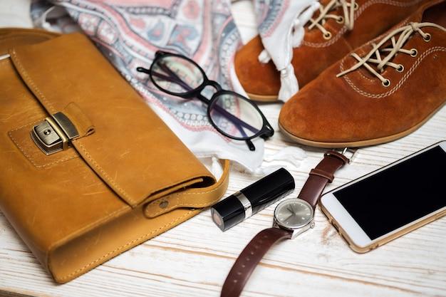 여성용 핸드백 내용물 - 지갑, 열쇠, 전화, 립스틱, 시계, 돈, 액세서리
