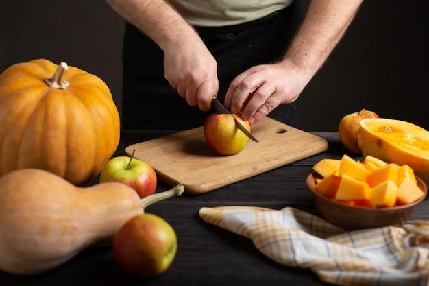 料理人はリンゴを細かく切って焼きます。