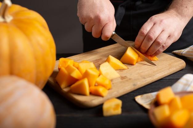 料理人はカボチャを細かく切って焼きます。