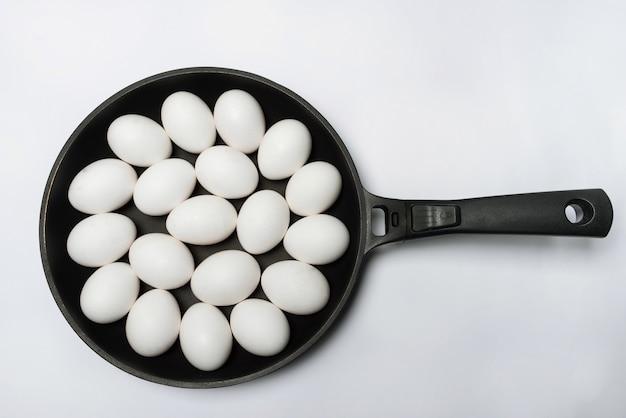요리사는 크고 평평한 팬에 많은 닭고기 달걀을 볶습니다. smorgasbord