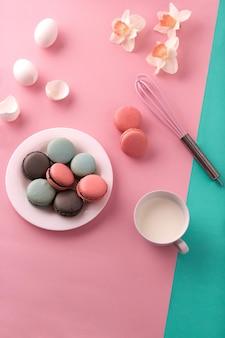 분홍색 배경에 크림이 있는 쿠키
