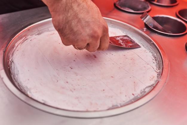 Процесс приготовления жареного тайского мороженого на улице