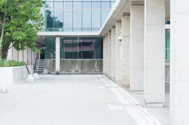 Коридор снаружи здания, проход в здание из синего стекла.