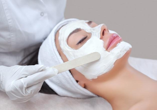 肌のクレンジングと保湿の手順のための美容師