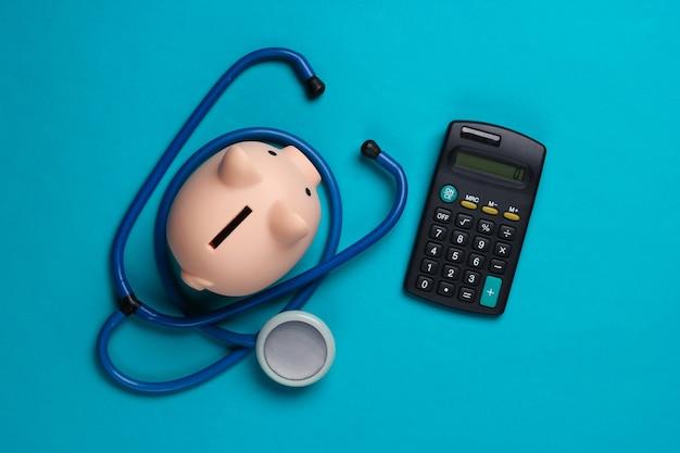 薬の費用。聴診器付き貯金箱、青の電卓