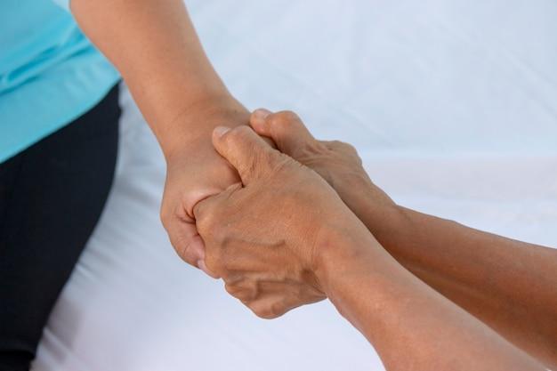 함께 손을 잡고 사랑의 감정을 나누는 부부 장로