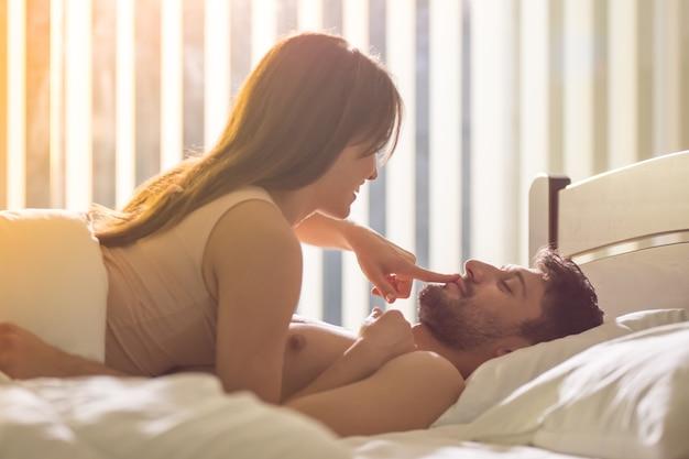 Пара занимается сексом в постели