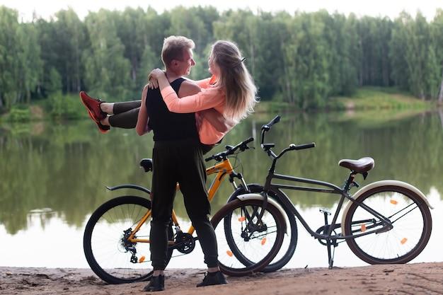 公園の森の中でバイクに恋するカップル
