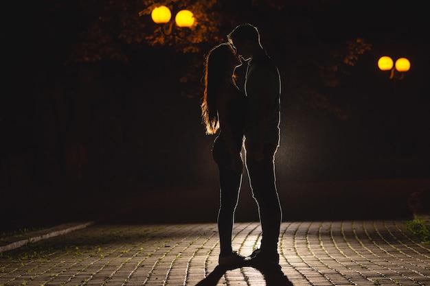 Пара целуется в темном переулке. ночное время
