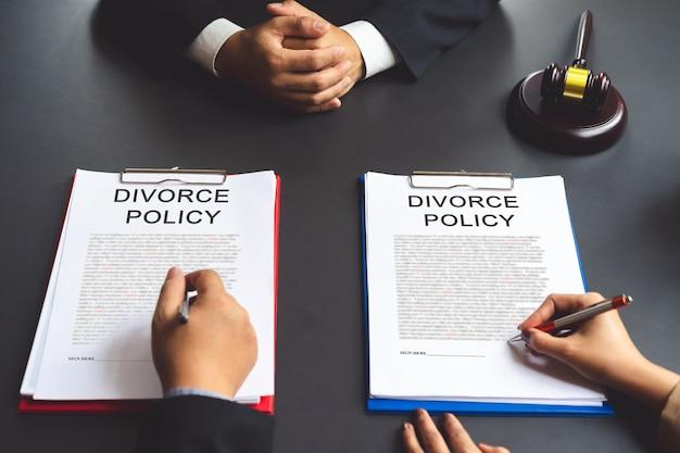Пара подписания соглашения о разводе политики после адвоката консультирование о политике развода.
