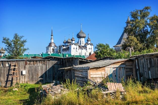 Solovetsky 섬에 목조 창고가있는 주거용 건물의 안뜰