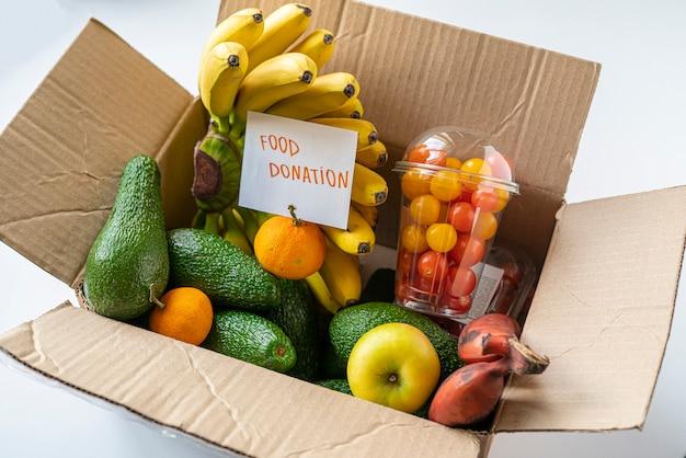 가난한 아이들에게 기부 할 신선한 생과일이 담긴 상자