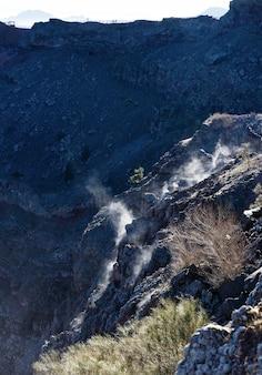 ナポリ近くのイタリア、ベスビオ火山の火口