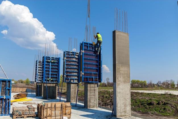 Создание фундамента высотных зданий с использованием специальных колонн.
