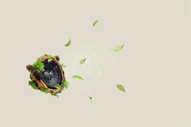 スローダウンのクリエイティブなコンセプト。ベージュの背景に木の樹皮と苔が生い茂ったスピーカー。