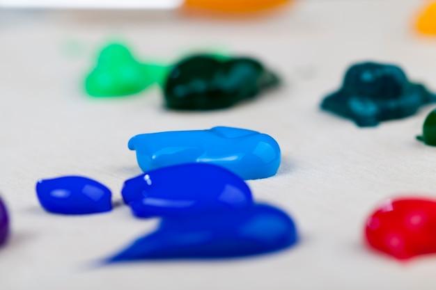 Творческий процесс рисования масляными красками, тюбики масляной краски для рисования картин, масляные краски для творческого рисунка.