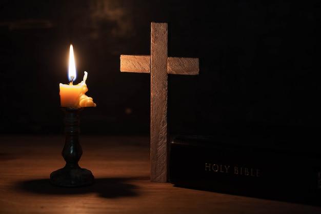 십자가는 성경과 함께 테이블 위에 놓여졌다