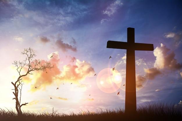 하늘 배경에서 일몰과 함께 십자가. 정신적 이미지 ..ps ..