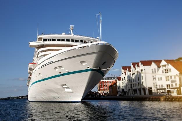 Круизный лайнер пришвартовался в центре города ставангер, норвегия.