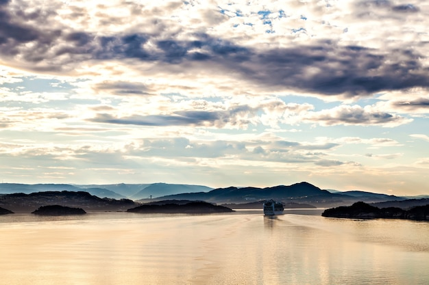 ノルウェーのフィヨルドをめくるクルーズ客船