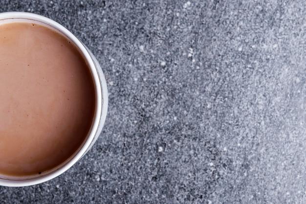 テーブルの上のホットコーヒーのカップ