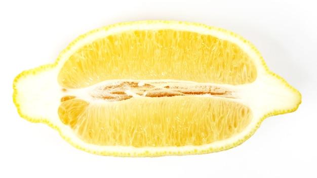 Разрез вдоль лимона на белом фоне. здоровое и витаминное питание