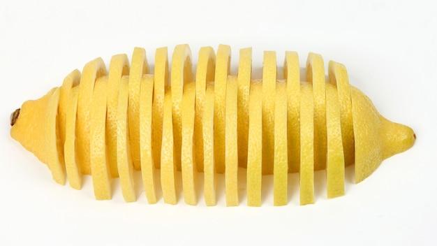 흰색 배경에 레몬을 긴 조각으로 자릅니다. 과일의 유용한 비타민 식품