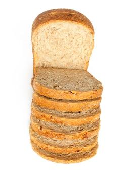Нарезанный буханка хлеба с отражением, изолированные на белом фоне