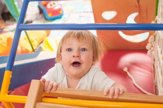 幼稚園の遊び場で遊ぶかわいい赤ちゃん