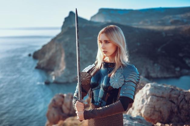 Милая женщина-воин атакует мечом