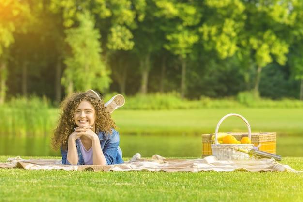Милая женщина лежала на обложке в парке