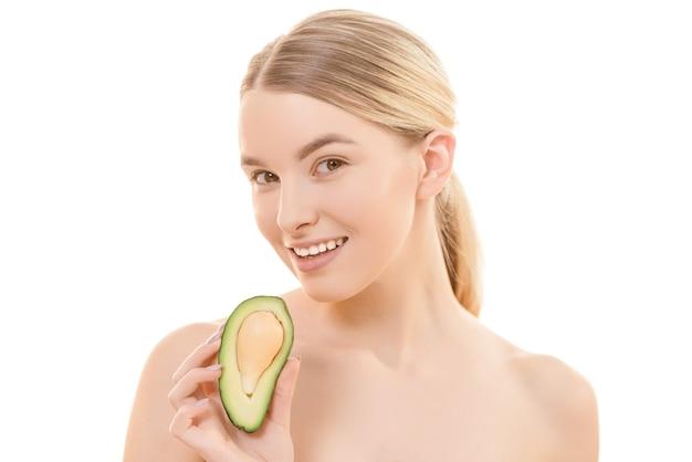 Милая женщина с авокадо на белом фоне