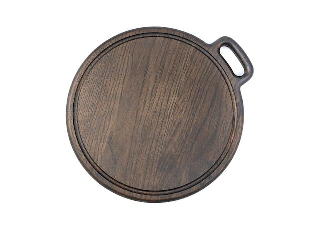 Разделочная доска темно-коричневого цвета на белом фоне. вид сверху с пространством для копирования. концепция приготовления пищи.