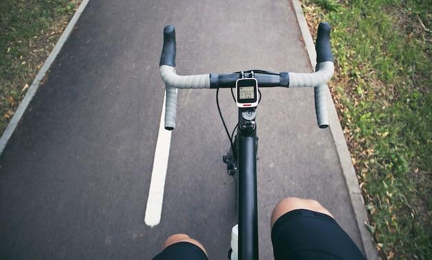 Велосипедист движется по асфальтированной дороге