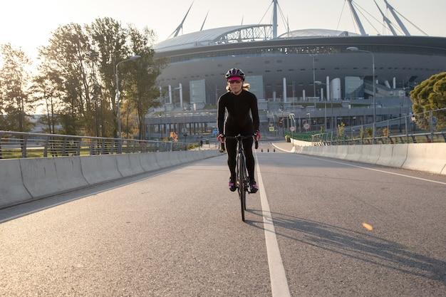 サイクリストは朝のトレーニングを通して競技の準備をします