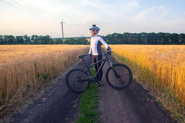 일몰을보고 필드에서 자전거와 자전거. 스포츠와 취미. 야외 활동
