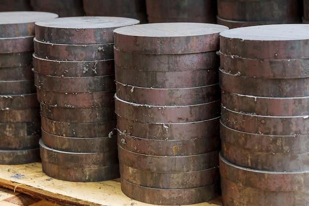 Цилиндрический слиток сырья разрезается пилой на части для обработки на фрезерном станке с чпу.