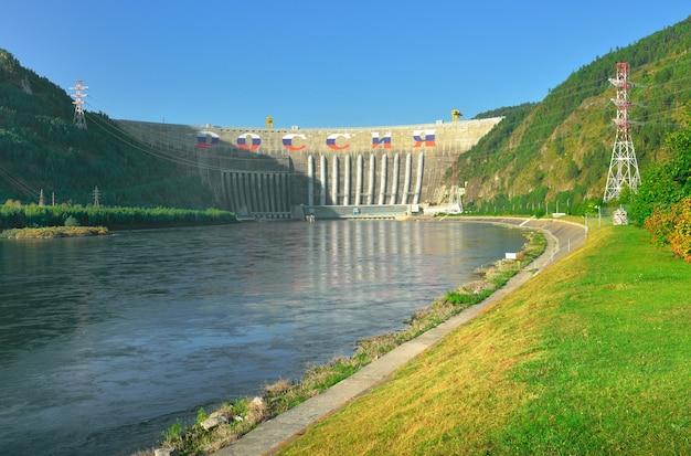 예니세이 강의 산기슭에 있는 가장 큰 수력 발전소의 댐
