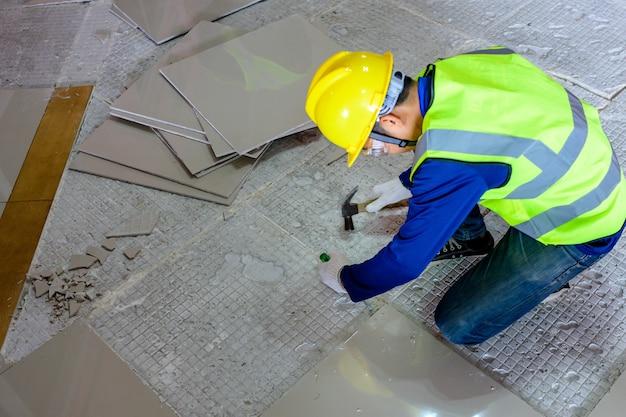 방폭 타일 바닥의 손상은 오랫동안 사용되어 왔으며 오래된 타일 접착제에서 바닥 타일과 타일 접착제를 대체하기 위해 수제이기 때문입니다.