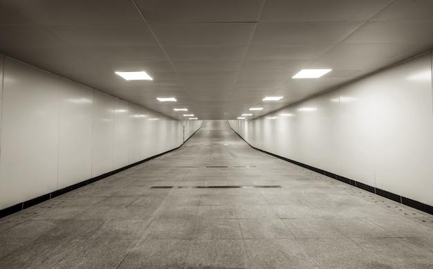 어두운 보행자 용 터널은 비어 있고 비어 있습니다.